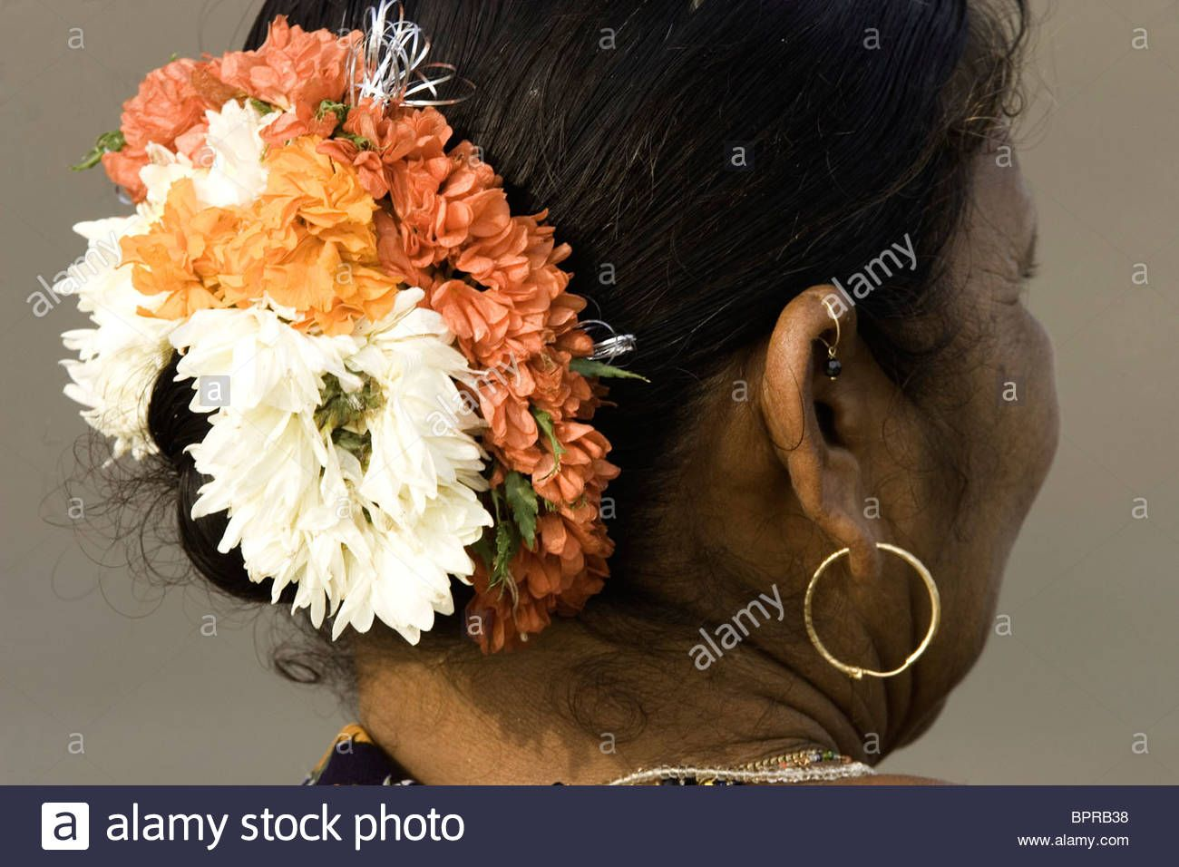 Mehndi Flower Garlands : Goan women wears gajra flower garland to dress her hair bprb g