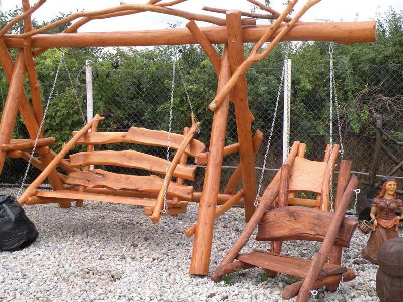 Súprava drevenej záhradnej hojdacej lavice a hojdačky.