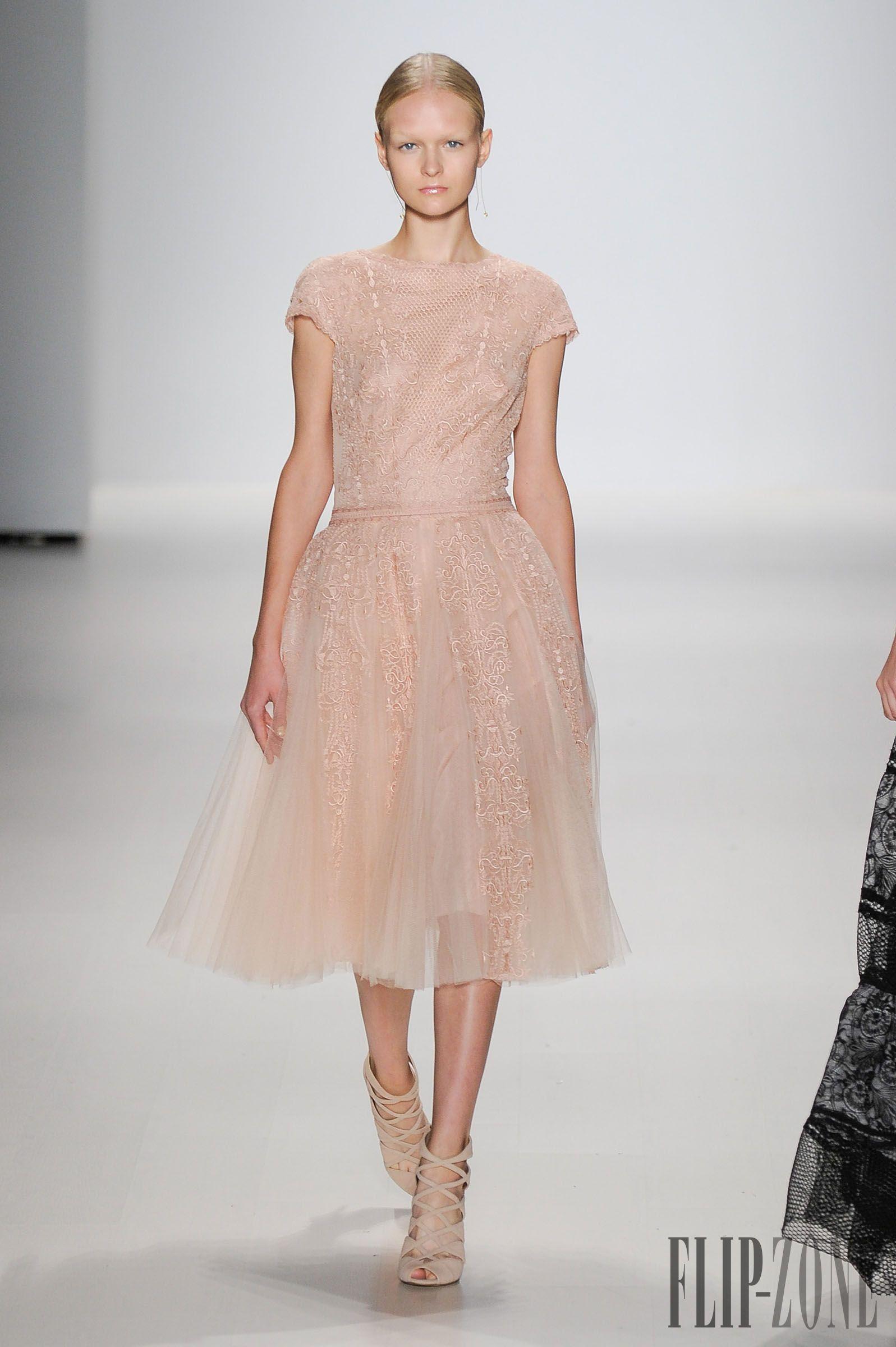 Tadashi Shoji Spring-summer 2015 - Ready-to-Wear - http://www.flip-zone.net/fashion/ready-to-wear/fashion-houses-42/tadashi-shoji-4857