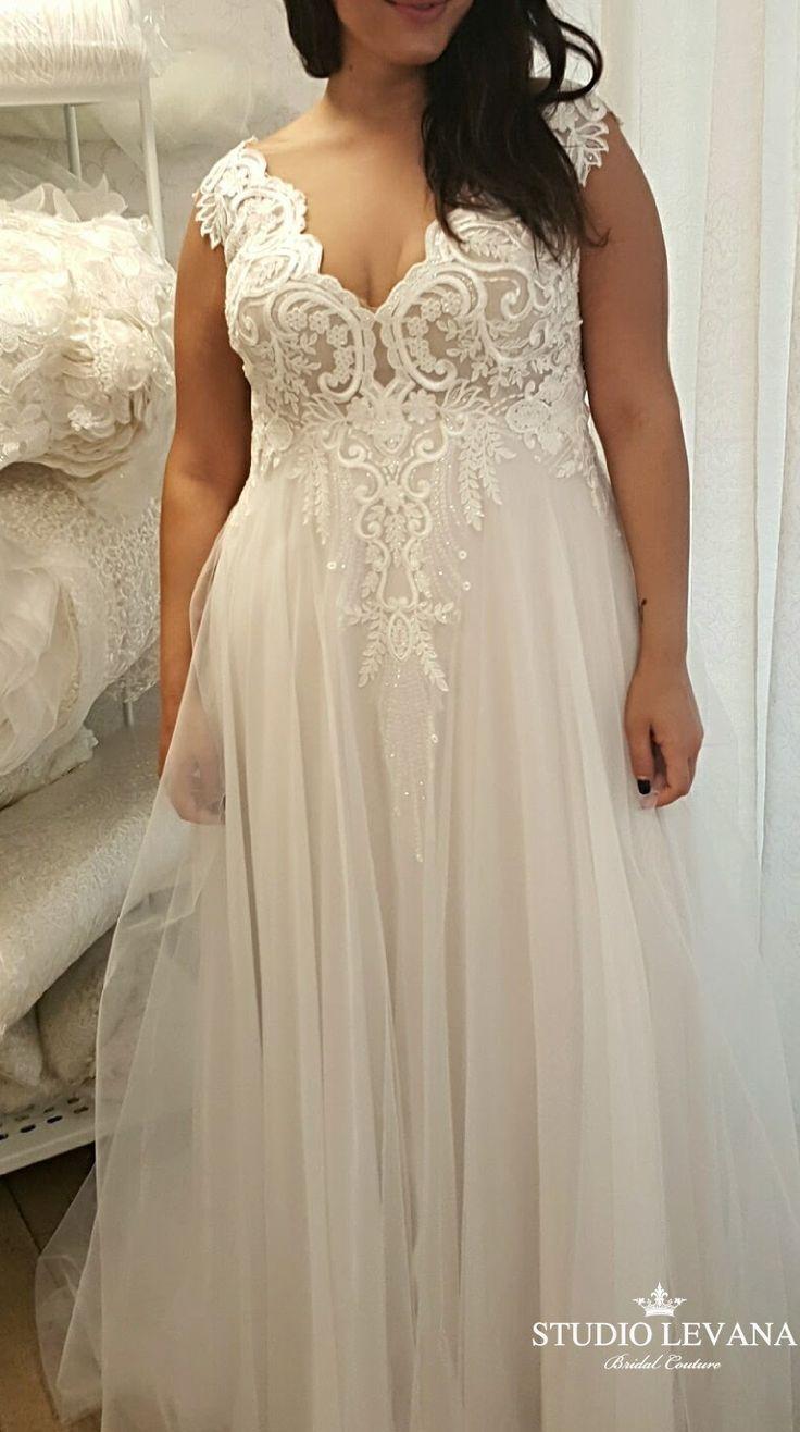 Romantisches, kurviges Hochzeitskleid mit Tüllrock und Spitzenoberteil für eine vollere Haut
