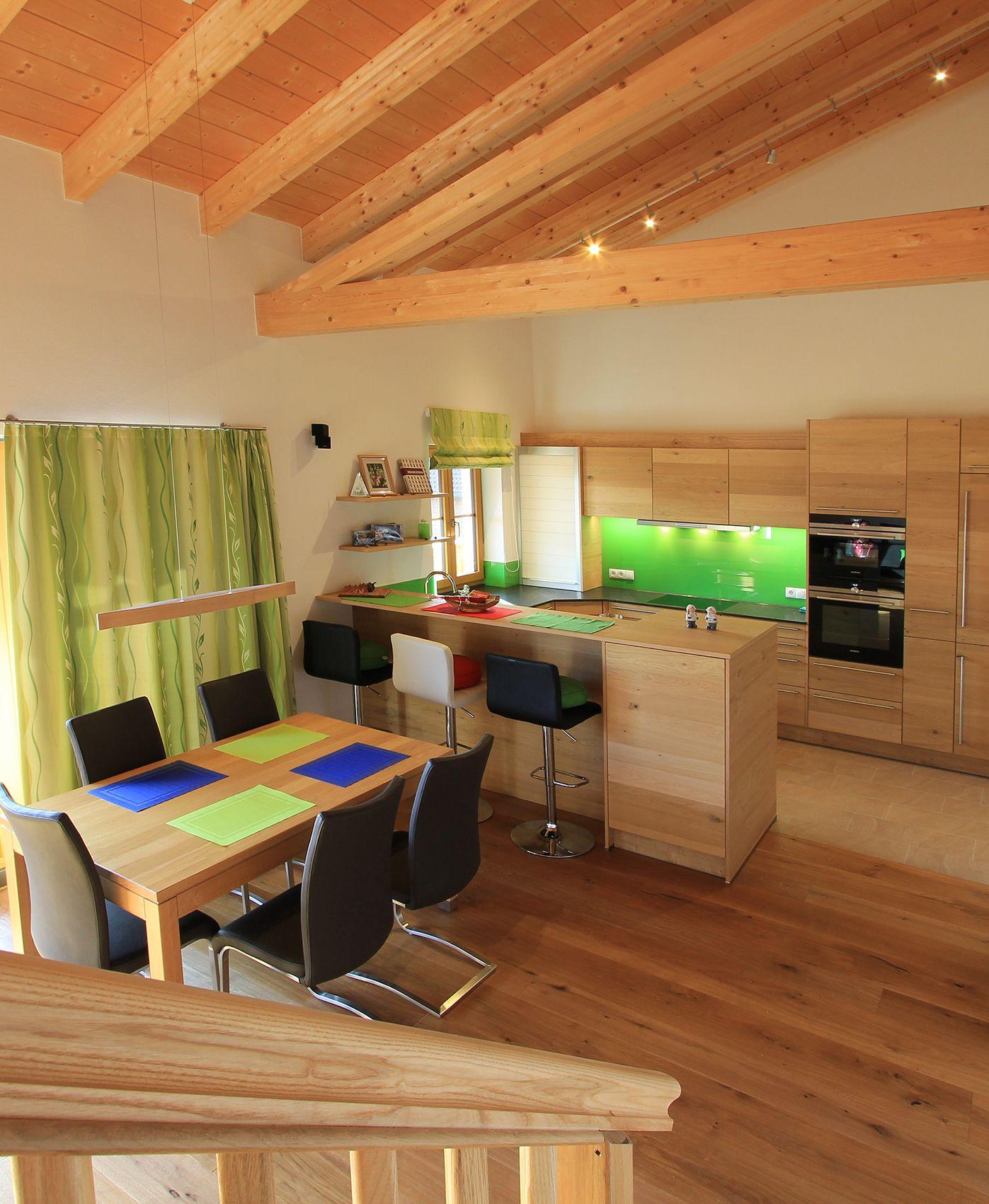 wohnk che aus holz mit offener deckenkonstruktion holz in der k che wirkt besonders wohnlich. Black Bedroom Furniture Sets. Home Design Ideas