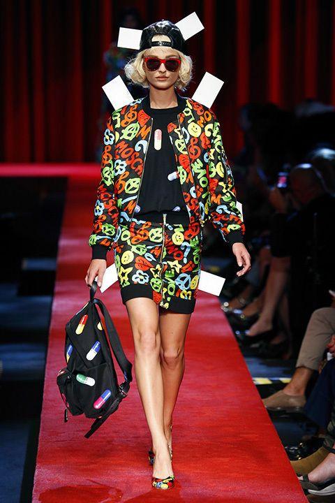 Jeremy Scott ha vestido a sus modelos en el desfile de Moschino como muñecas recortables. Tops como Irina Shayk o Gigi y Bella Hadid, desfilaron con pelucas bob y vestidos de lunar