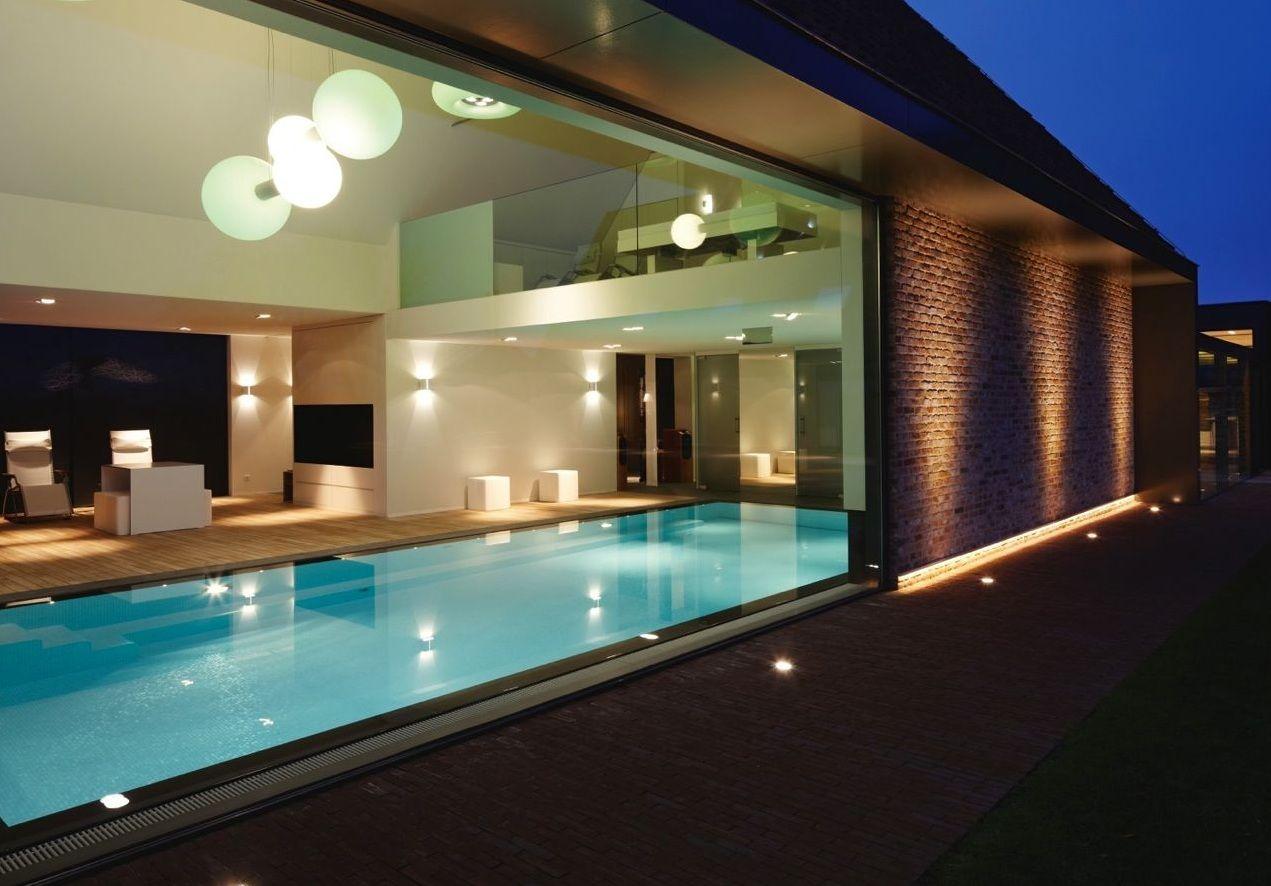 Een binnenzwembad vormt een persoonlijke oase van rust en ...