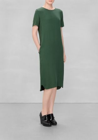 An oversized yet elegant straight-fit dress featuring intriguing cut-outs in the back.