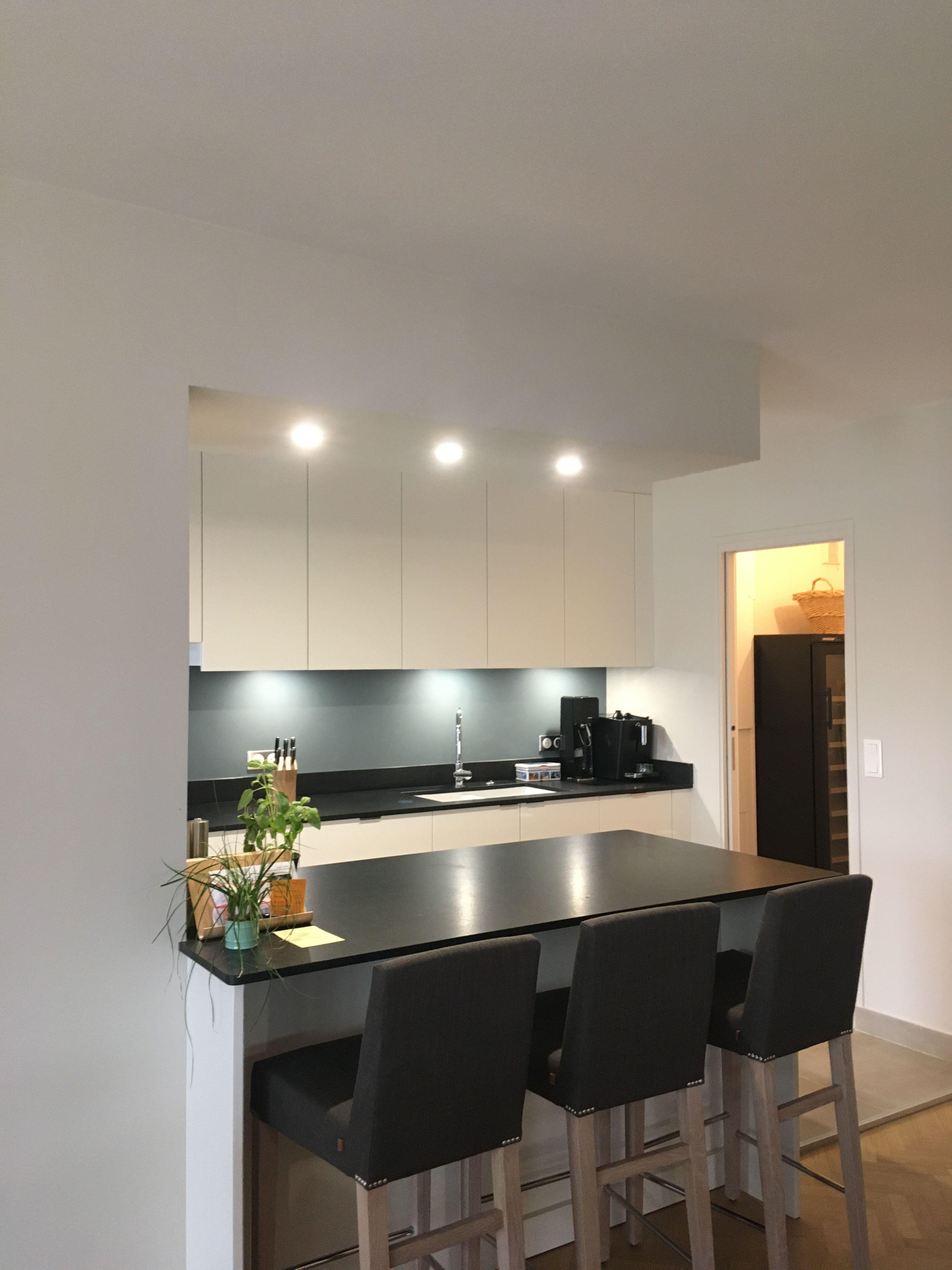 Cuisine Aux Meubles Blancs Plan De Travail Granit Noir Et Touche