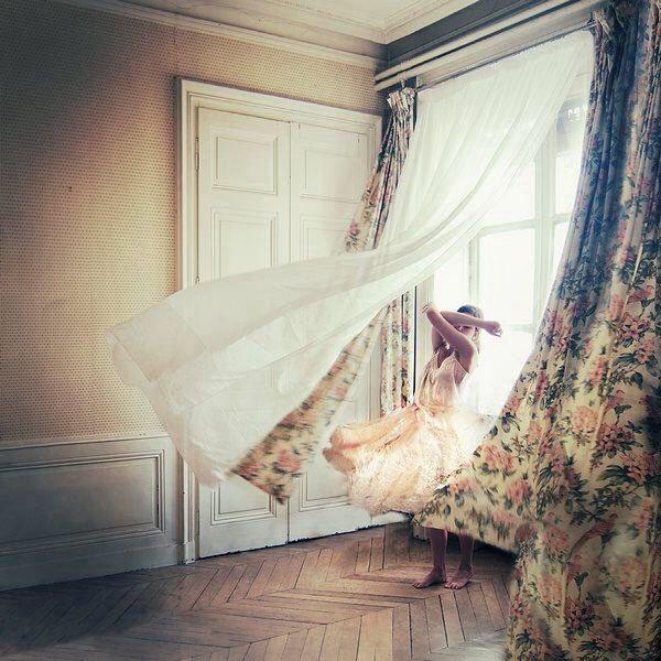 El viento entre las cortinas