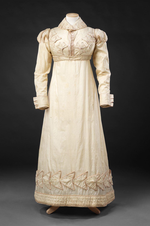 ca. 1820, Tageskleid aus Seide mit Spenzer, England? Auf der Seite gibt es noch mehr Bilder mit Detailaufnahmen und vom Kleid ohne Spenzer.