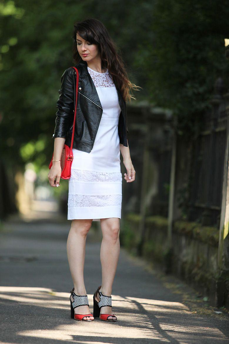 Look robe blanche, perfecto en cuir noir, sac rouge vintage en cuir façon  autruche, sandales hauts talons ravel. Mode femme printemps été. Blogueuse  mode. 04f130108040