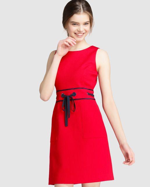 Vestido corto de piqué en color rojo. Tiene adorno de lazo en la cintura 408d44dc400e