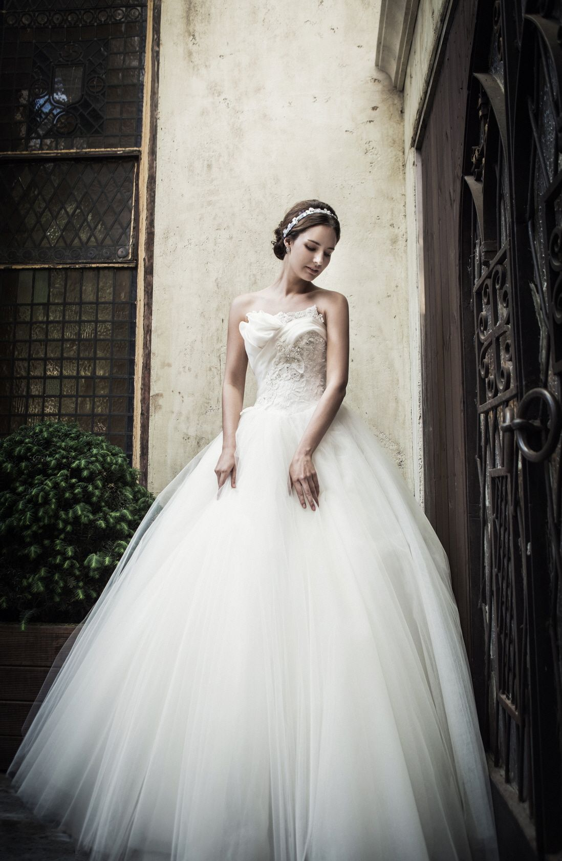 e3849a1f317c Bell line wedding dress. Bodice with lace details with sliver beads  embroidery. Tulle skirt give the romantic dress look. www.sonyunhui.com  #손윤희드레스 ...