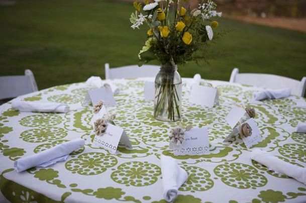 pretty much love everything about this table... especially the table cloth and it's color!