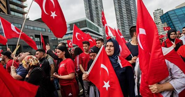De integratie van Turken in Rotterdam is mislukt. Dat stelt Leefbaar Rotterdam nadat gisteren en eergisteren Turken de straat zijn opgegaan om te demonstreren tegen de mislukte staatsgreep.,,De demonstratie toont aan dat de lange arm van Ankara nog langer is dan we al vreesden. Dat is schokkend en onwenselijk.''