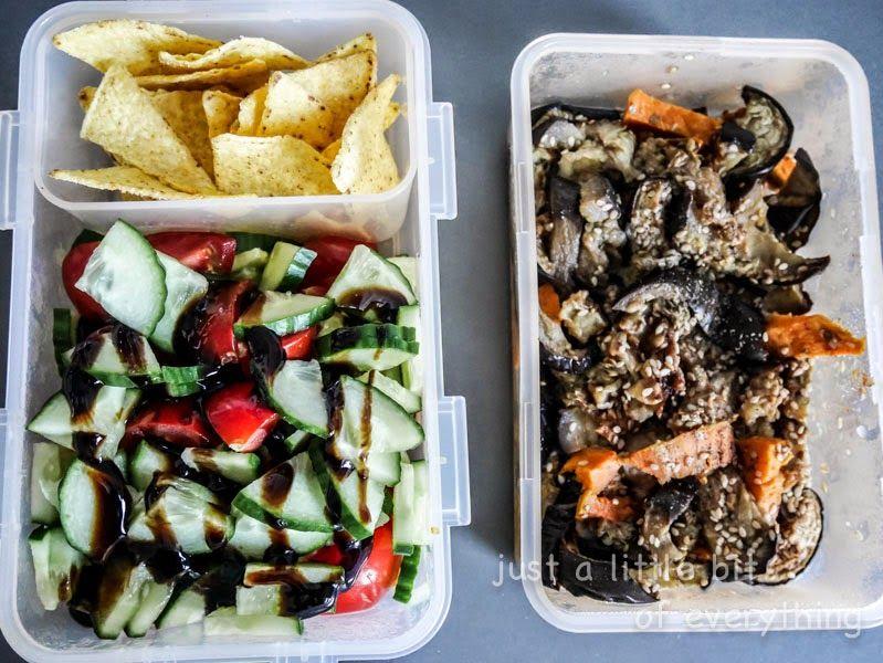 Das nenne ich tolle Lunchboxen von Simone! Die würde ich auch sofort mitnehmen: Gurke & Tomate mit Tortillachips und rechter Seite ein Auberginen-Süßkartoffel-Salat