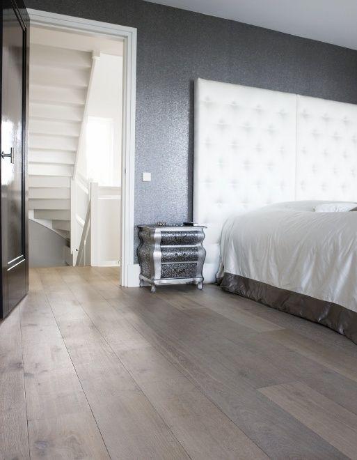 Verouderde frans eiken vloer in sfeervolle slaapkamer