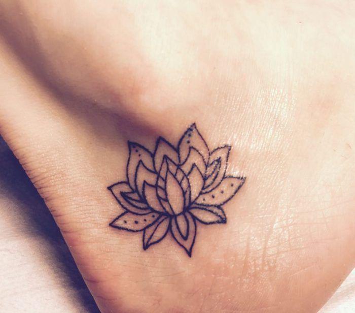 1001 Idees De Tatouage Fleur De Lotus Et Son Symbolisme Tatouage Fleur Idees De Tatouages Fleurs Tatouage De Fleur De Lotus