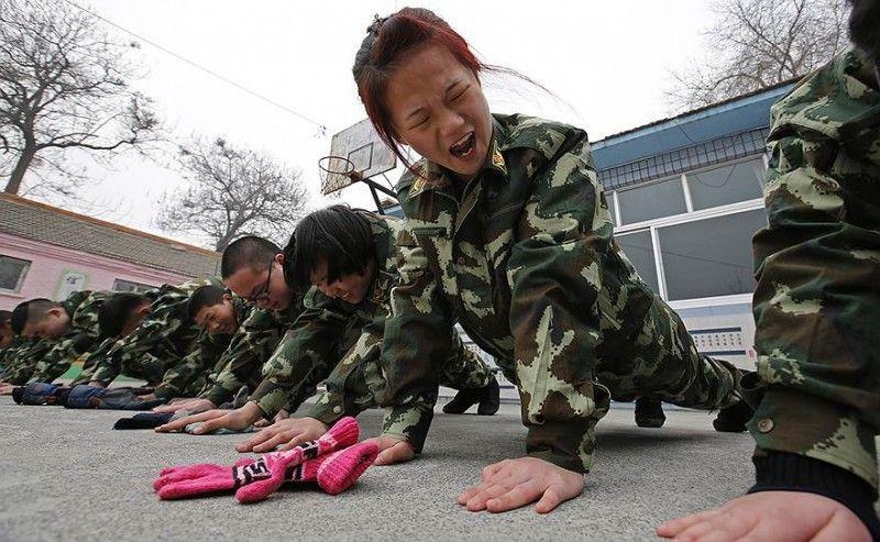 В Китае с интернет-зависимостью борются строевой подготовкой. (17 фото)