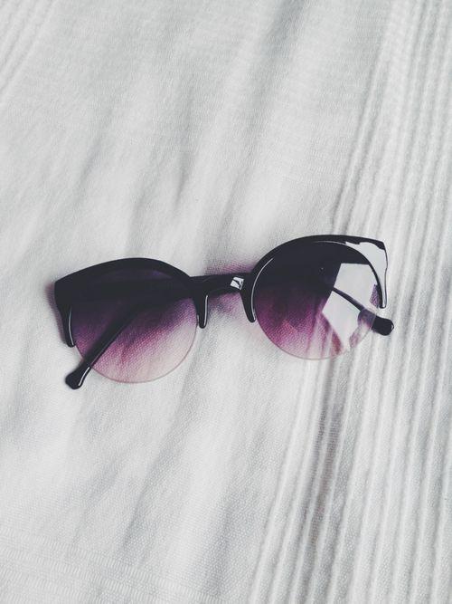 Óculos de sol são acessórios indispensáveis em uma mala de quem vai para a  praia. bd143236d9