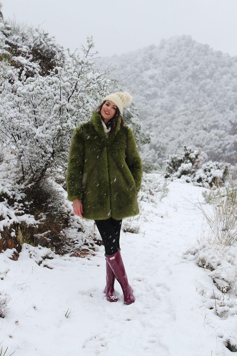 venta minorista 9ee41 231dc Look para un día de nieve con abrigo de pelo verde y Hunter ...