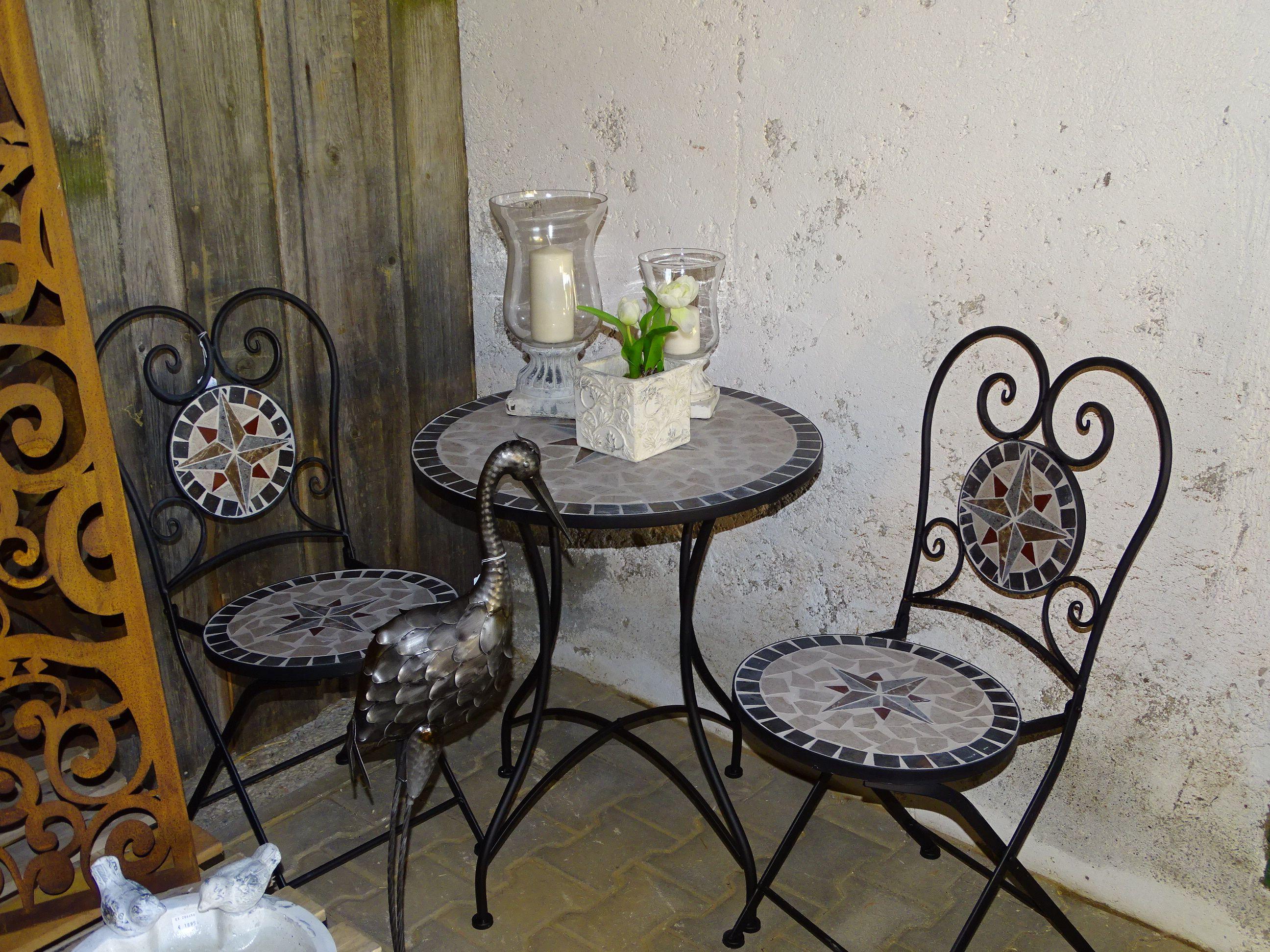 Mosaik-Tisch und Stühle