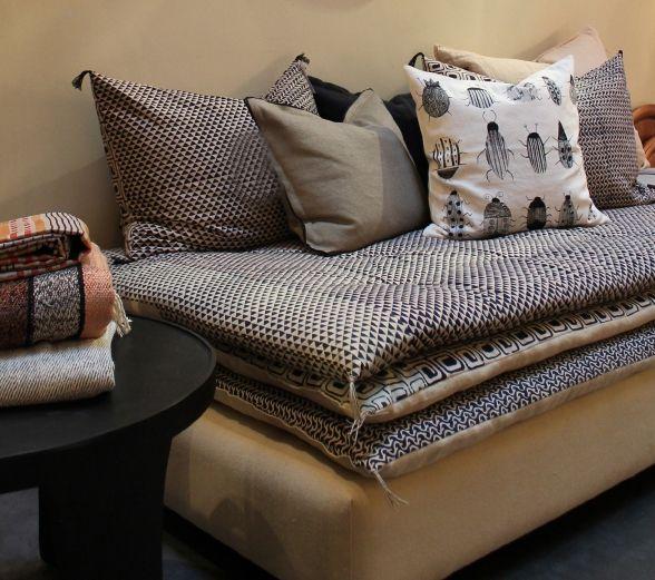 Ce divan permet l utilisation ludique de tissus diff rents pour la base et chacun des matelas Utilisation de tissus dans le salon