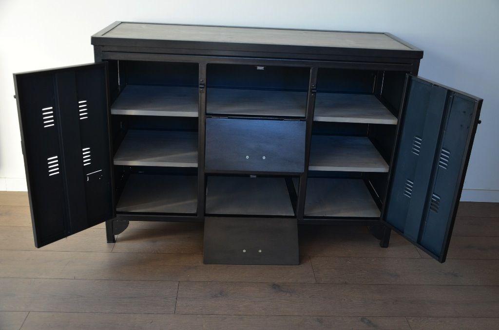 Buffet industriel ou meuble TV indus réalisé sur-mesure par Hewel mobilier. Conçu dans un esprit vestiaire d'atelier, ce meuble industriel est en bois et métal recyclé.