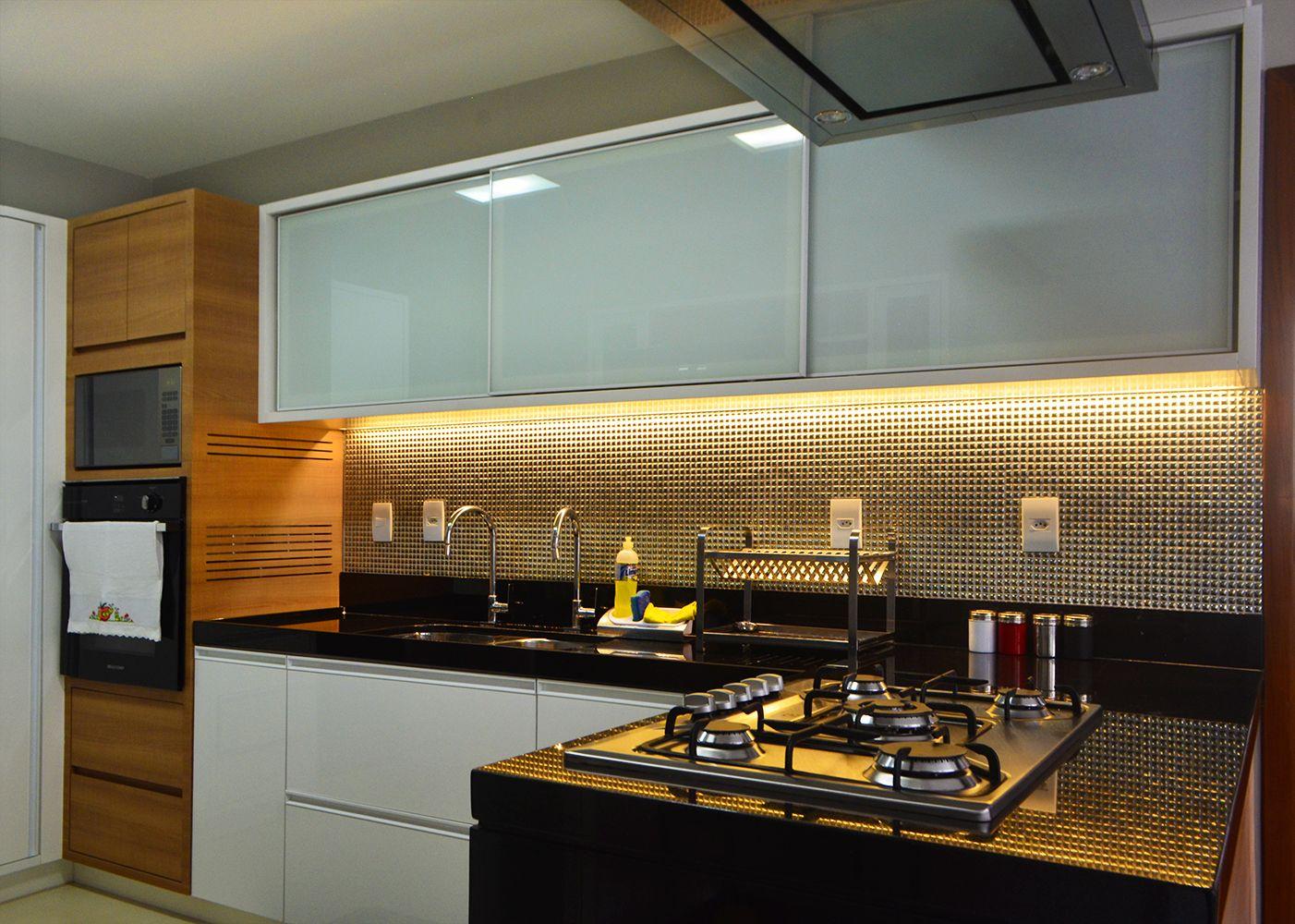 Cozinha Moderna Com Revestimento Em Mini Pastilhas Dourada  ~ Banqueta Inox Para Cozinha Acozinha Com Cooktop Branco