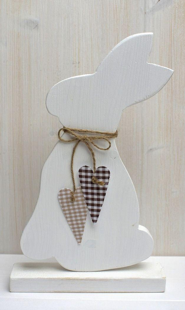 Schöner Osterhase aus 18 mm Massivholz Beidseitig weiß angemalt. Stoffherzen sind nur von einer Seite angebracht. Die Herzen sind auch in Hellgrün, Rot, Orange usw. erhältlich. Einfach mal...