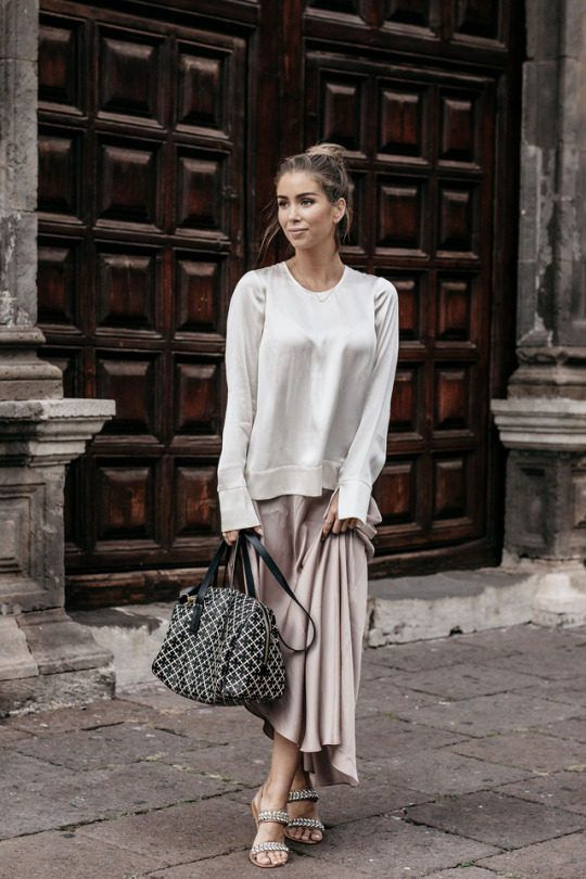 d422c17706d7f Emilie Tommerberg is wearing a relaxed oversized grey silk blouse