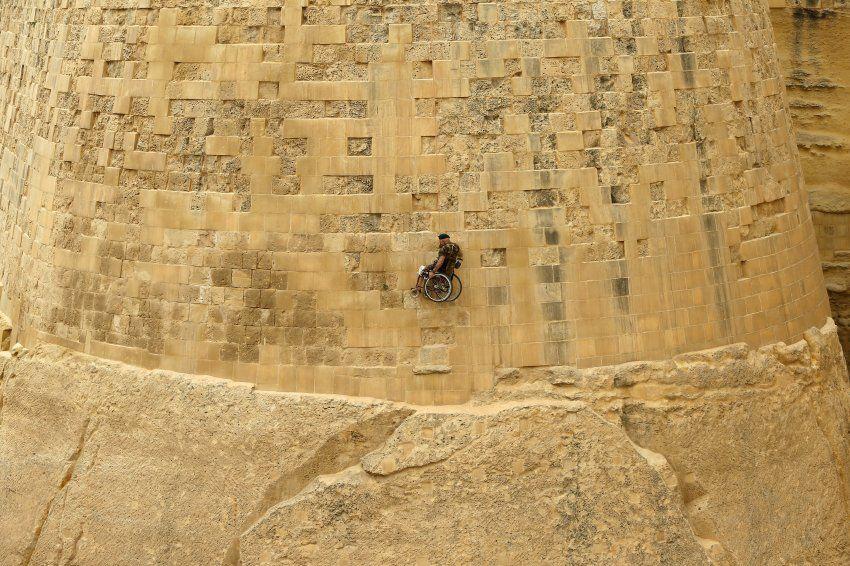 Der frühere Polizist Swasie Turner seilt sich im Rollstuhl von einer Festungsmauer in Valletta auf Malta ab. Es ist eine Charity-Aktion. Turners Frau starb 1997 an Krebs - wenige Monate zuvor war er von einem Motorrad erfasst worden. Seitdem ist der Brite auf einen Rollstuhl angewiesen. Darin legte er in den vergangenen 18 Jahren gut 60.000 Kilometer zurück, um mehr als eine Million Euro Spenden zu sammeln.