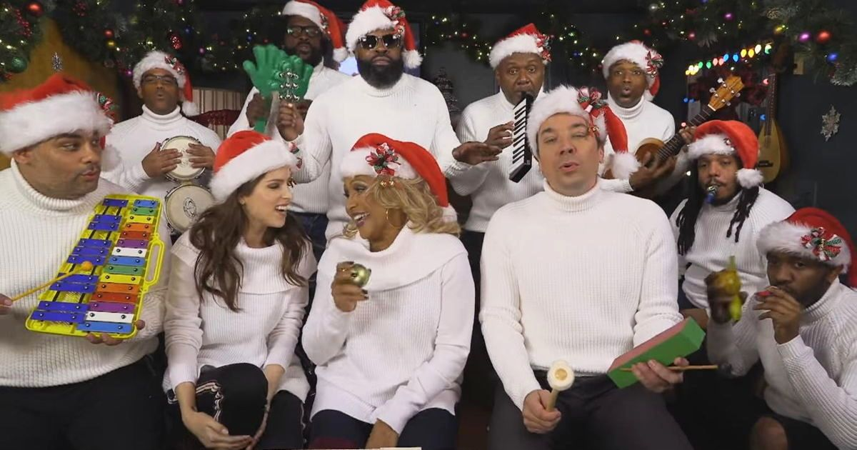 Anna Kendrick And Darlene Love Spread A Little Christmas Cheer With ...