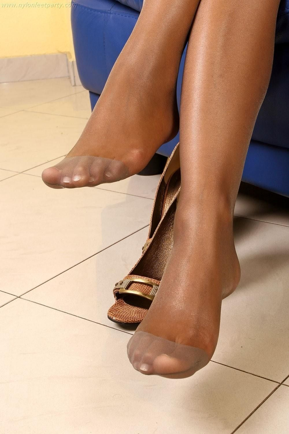 Terribly hot pretty toes and pantyhose