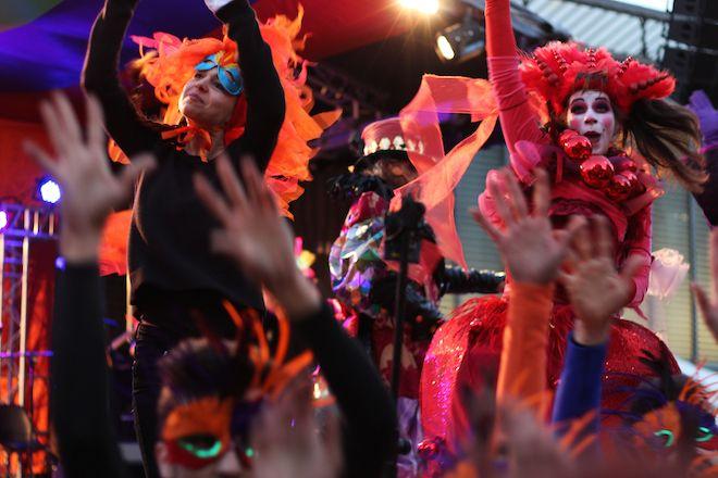 La tradicional #Taronjada de Barcelona contada por las imagenes de Jordi Busquets Rovira http://bcncoolhunter.com/2015/02/fin-de-semana-hotel-renaissance-de-barcelona-ruta-de-tiendas-taronjada/ #renhotels #JordiBusquets #carnaval2015