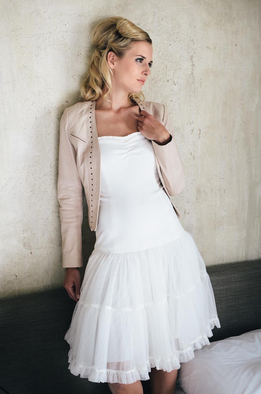Bonnie, trägerloses Brautkleid mit einer kurzen Rüschenrock | Foto ...