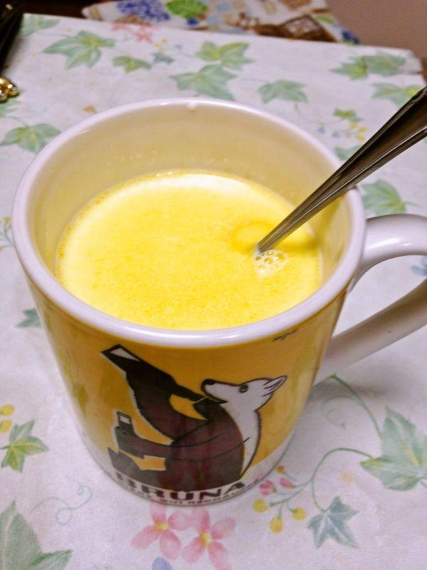 まずはこちら。 冬になると1回から2回、もしくは3回、あるいは4、5回は飲みたくなりますね。 甘さと温かさが絶妙なスープ?飲み物?ですよ。筆者、もうトータルで10回以上は作ったレシピでございます。 配分はバッチリです! 材料・費用 1、牛乳 250㏄ 38円A、バター 1かけB、砂糖 小さじ山盛り2 計、38円スポンサーリンク (adsbygoogle = window.adsbygoogle || []).push({}); 作り方 1、カップに調味料を入れる。2、牛乳を入れたら軽く混ぜる。3、電子レンジでアツアツになるまで加熱する。4、もう一度よく混ぜる。 ワンポイント! ・バターが完全に…