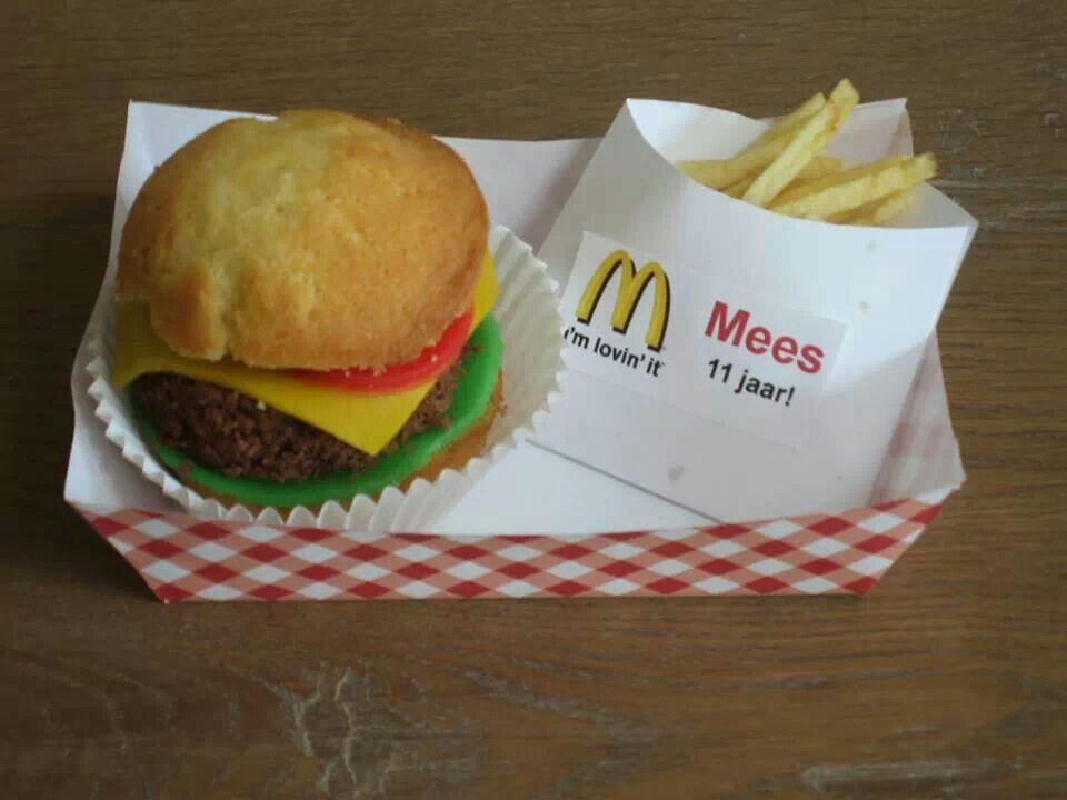 Cupcake hamburger met chips frietjes