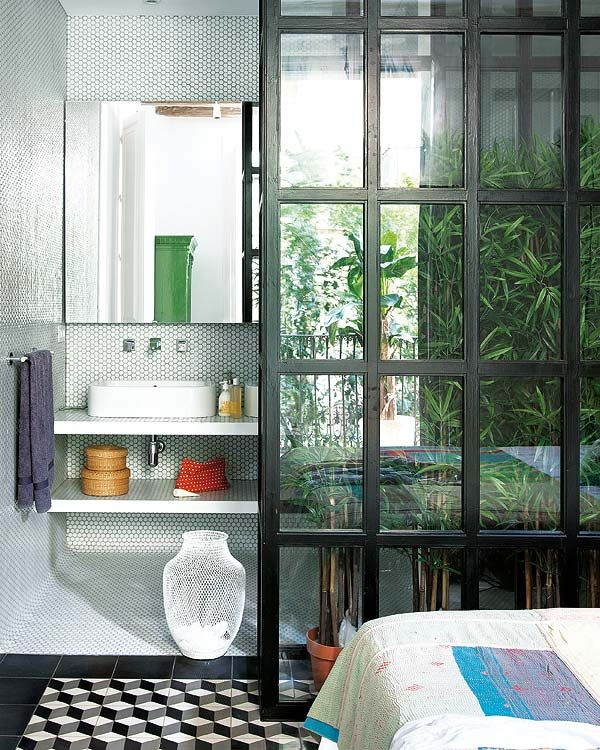 Tiling with a hexagonal mosaic of small format, the bathroom becomes an exclusive space.