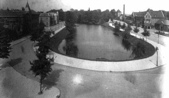 Een opname vanaf het hotel Van Wely in 1925. Een Singelgracht die niet meer in verbinding staat met de handelshaven/-kade, een nieuw N.S. station klaar gekomen in 1920. Een totaalbeeld met een verzorgde, schone uitstraling