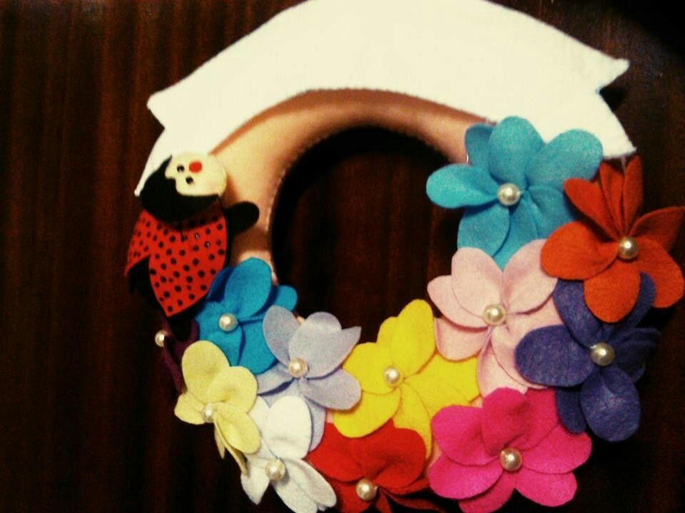 Guirlanda floral em feltro