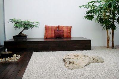 Jardin minimalista zen con piedras y bonsai en el patio for Piedras para patios exteriores