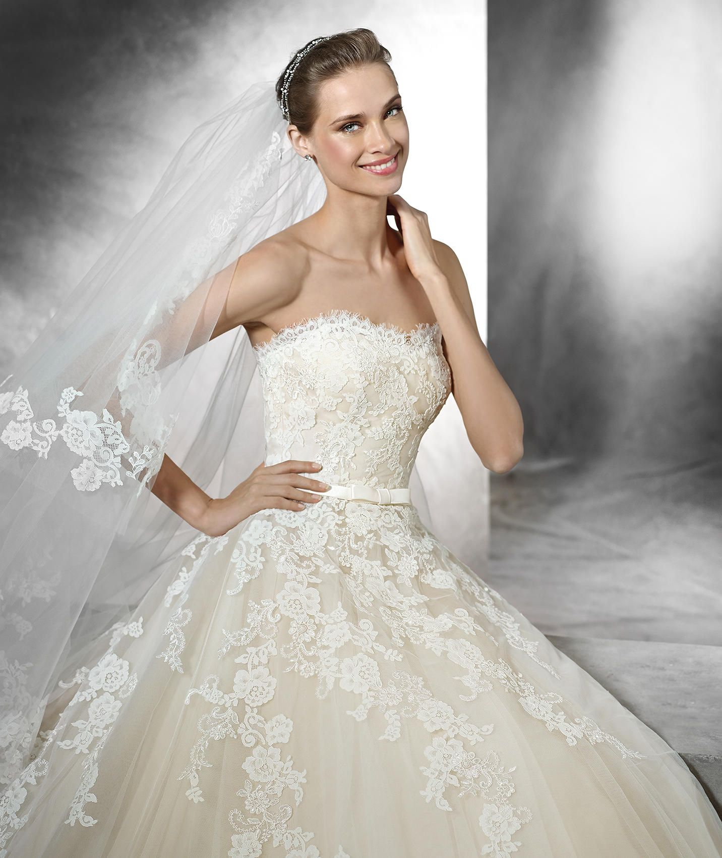 TREY - Princess wedding dress with sweetheart neckline | Pronovias ...