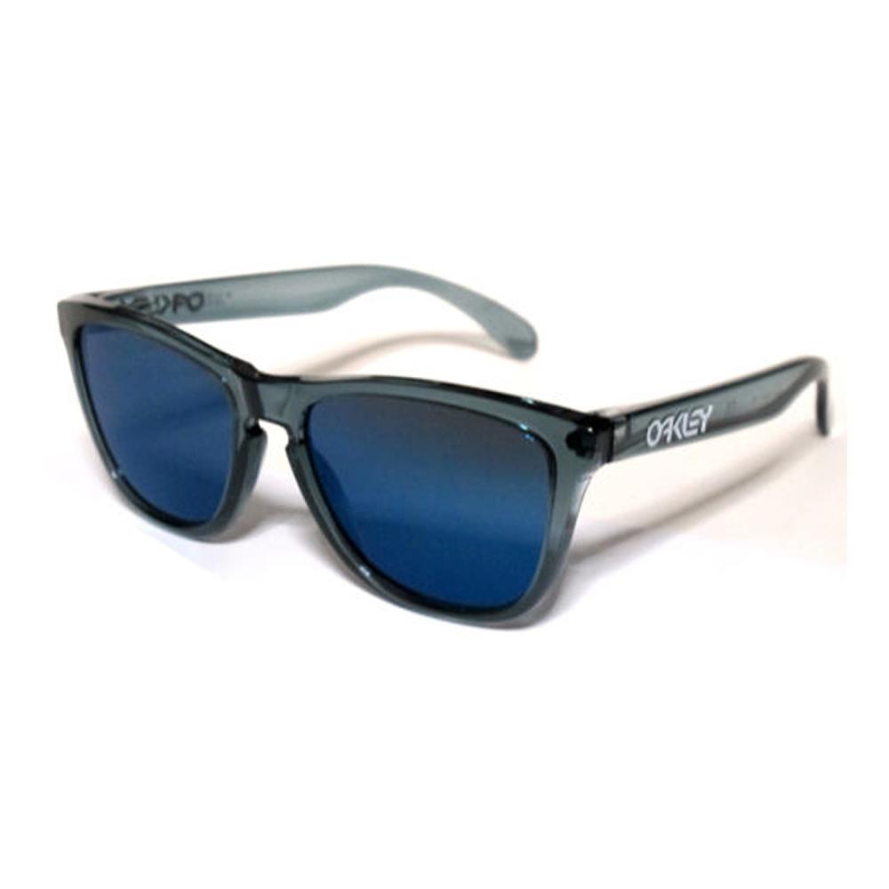 Oakley Frogskins OO9013 03-292.Occhiale Oakley da sole ideale sia per l'uomo che per la donna. Montatura interamente in celluloide estremamente leggera di colore grigio-trasparente con lenti blu specchiato.