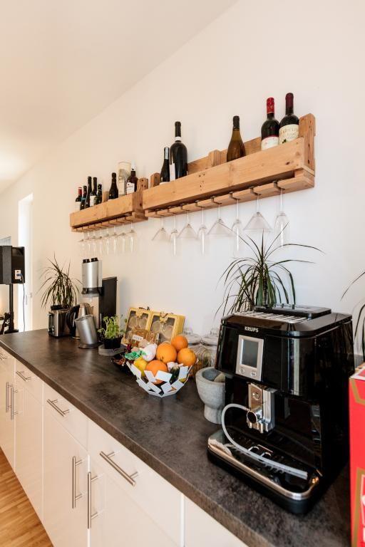 Offene Wohnküche mit Weinregal und Weingläsern. #Weinregal #Küche ...