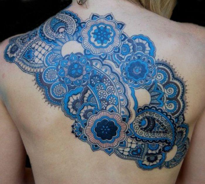 dentelle tattoo, tatouage bleu au dos, motifs vintage, grand tattoo avec éléments de dentelles