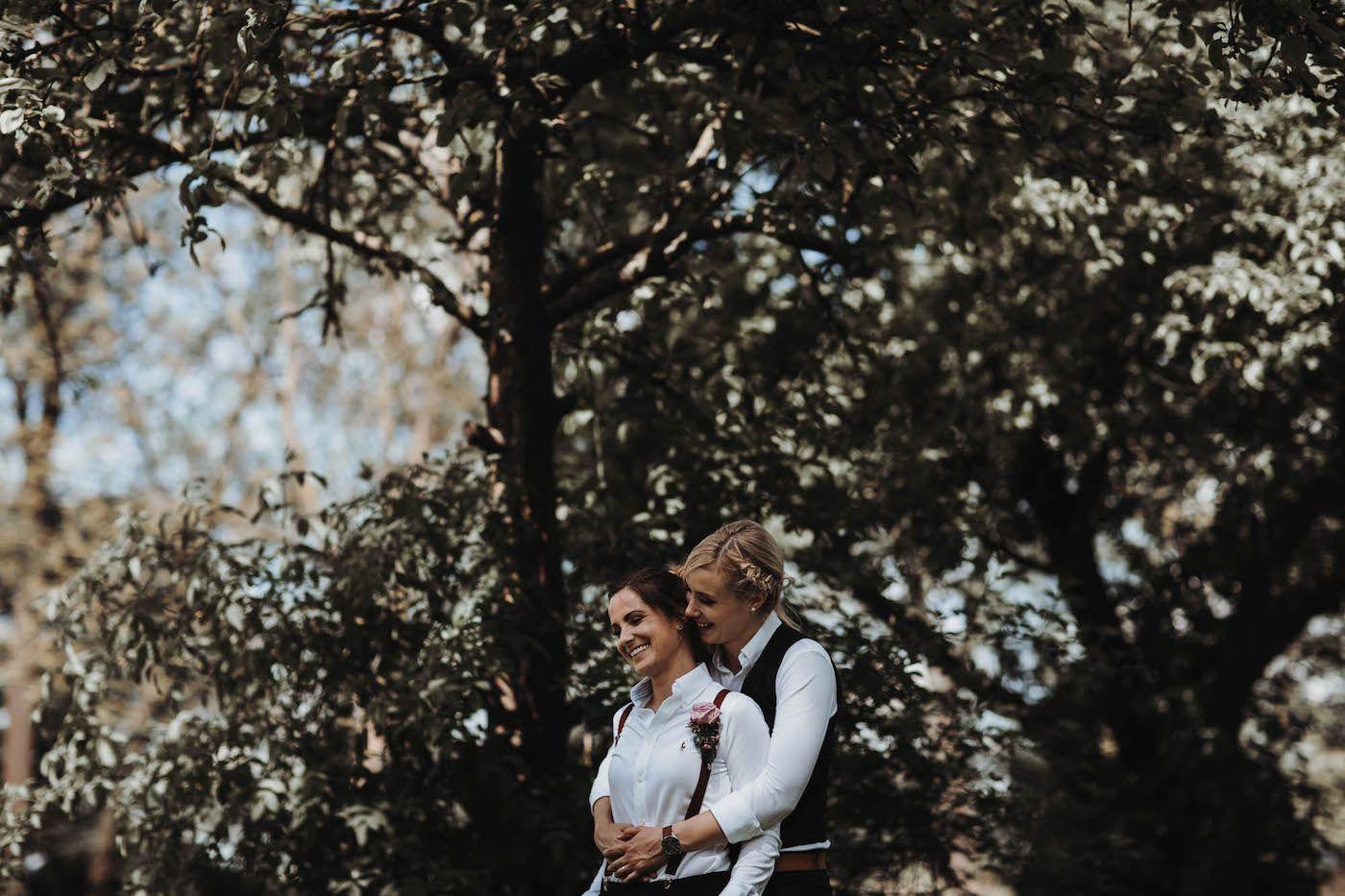Hochzeitspaar Aus Koln Fotoshooting Brautpaarshooting Lesbisches Brautpaar Love Frauenhochzeit Hochzeitspaar Brautpaar Hochzeitsfotograf