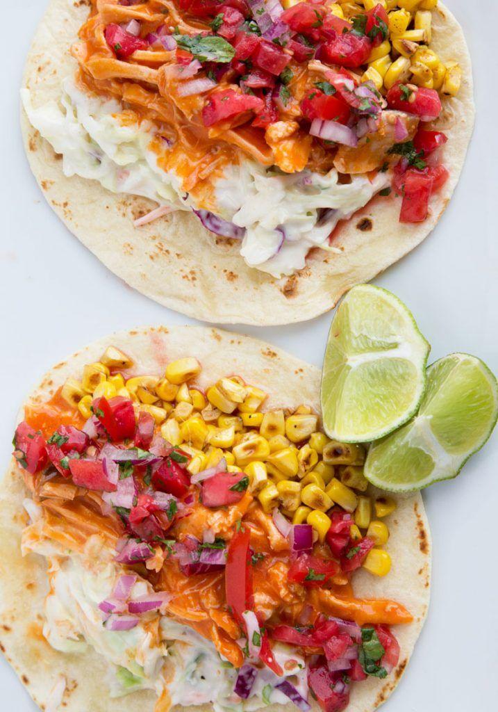 Buffalo Chicken Tacos mit Bleu Cheese Slaw und geröstetem Mais Perfekt für einen Spieltag oder ei