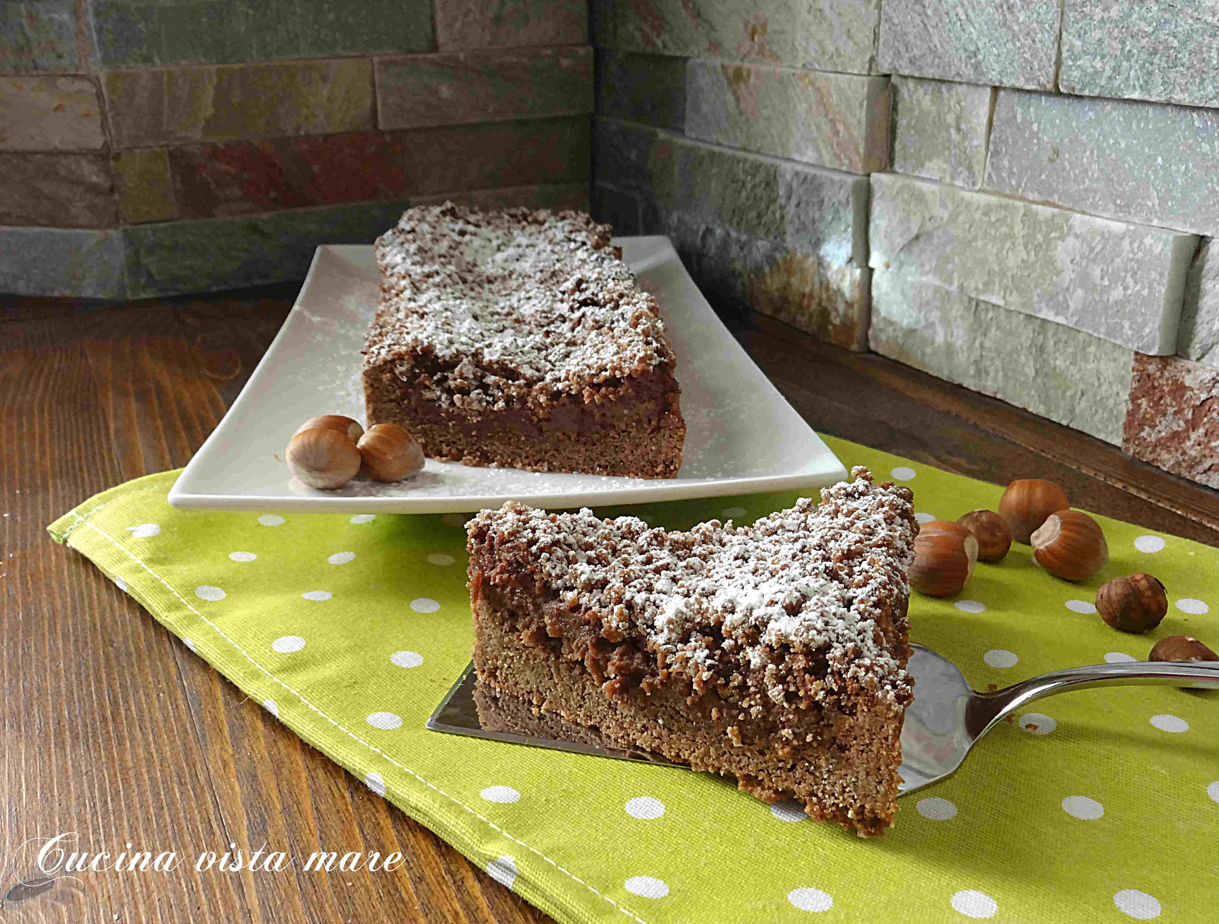 La sbriciolata al cioccolato è un dolce goloso: pasta frolla sbriciolata, ricotta e crema di nocciole, una torta morbida e croccante allo stesso tempo!