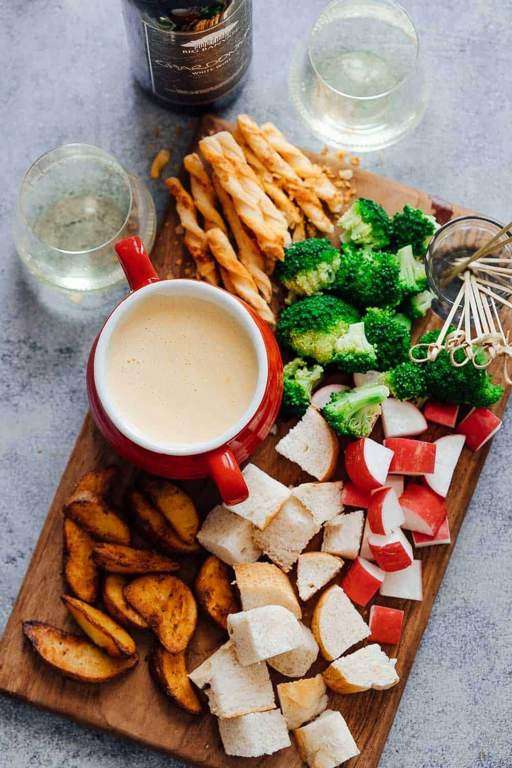 Easy Cheese Fondue Recipe with White Wine #fondueparty
