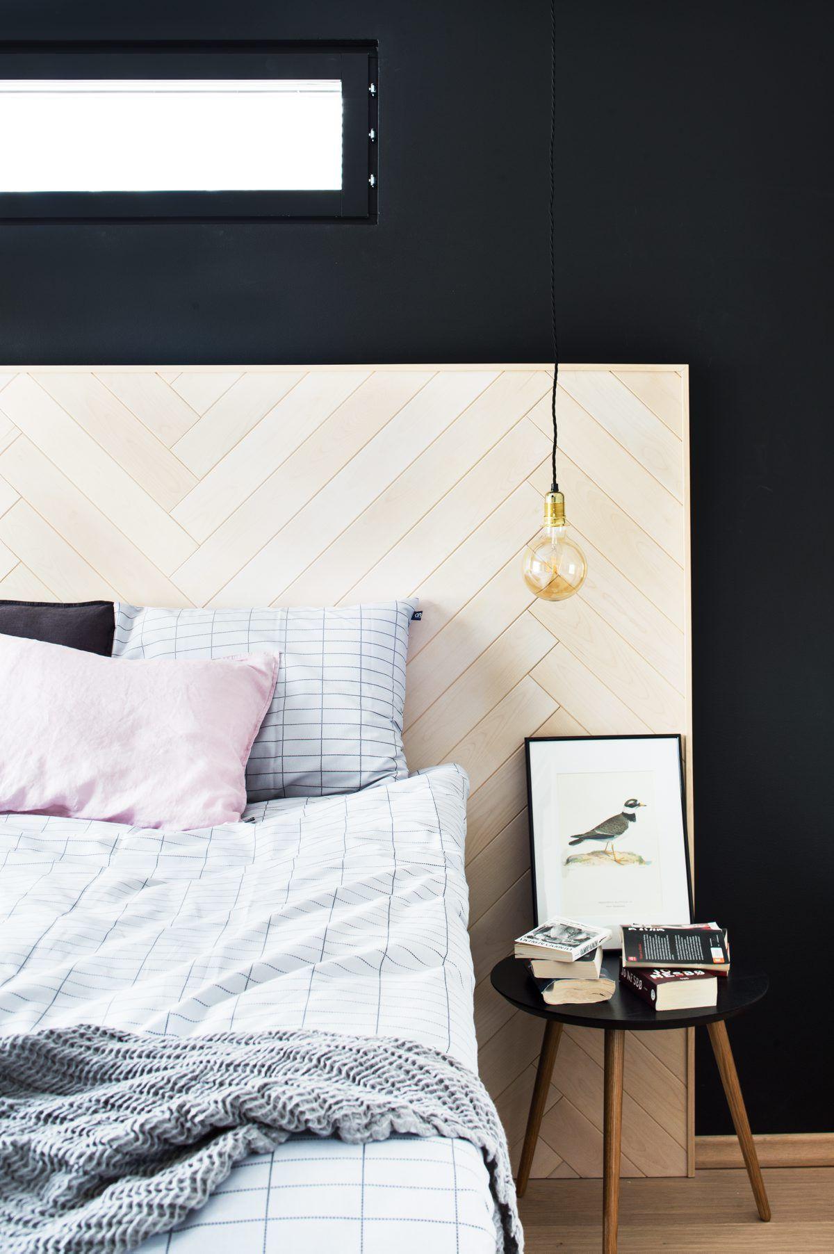 Näyttävä sängynpääty on tehty sisustuspaneelista ja kehystetty puulistalla Siparila