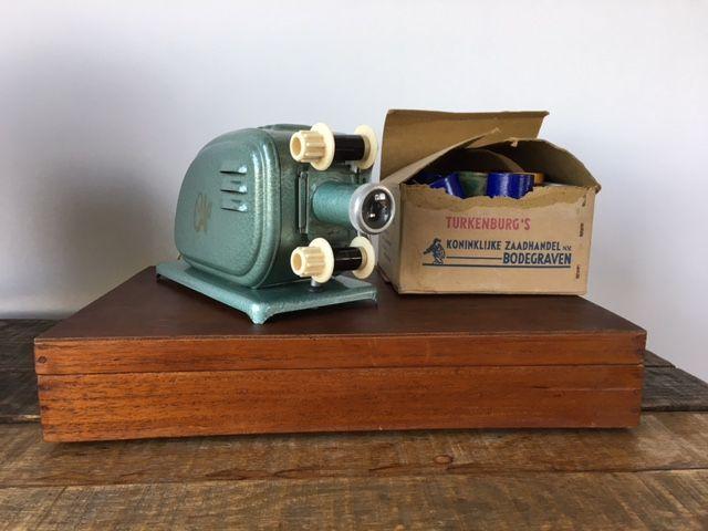 Oude film projector, met circa 66 diverse onderwijs/educatieve filmpjes uit 1940