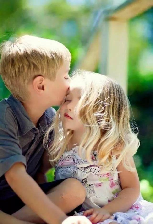Картинка с целующимися детьми